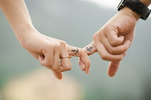 Yeni Nesil Çift Dövmelerim/photos/couple-hands-tattoos-fingers-437968/