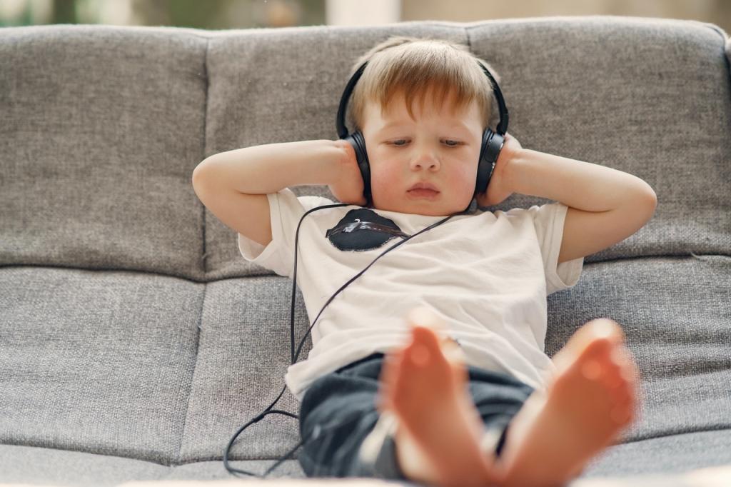 """3 Yaş Sendromu Nedir? 3 yaş sendromu anne ve babaları zorlayıcı bir süreç olarak kabul edilmektedir ve çocuklara özel bir ilgi göstermek gerekmektedir. Bazı dönemler, kritik süreçler ile doludur ve bu süreçleri en iyi şekilde atlatmak gerekmektedir. 2 ile 3 yaş arası yaşanılan sendrom dönemi de dikkatli atlatılması gereken kritik dönemlerdendir. """"Kendini bulma"""" olarak isimlendirilen bu dönemde ebeveyn ile çocuk arasında var olan iletişimin daha da güçlenmesi söz konusudur. Çevre ile iletişim halinin artması ile birlikte çocuklar sürekli yeni bir şeyler öğrenmektedir ve bu süreçte anne babası ile daha çok iletişim kurmaktadır. Sürekli sorular sormaya başlar ve bazen agresif bir ruh haline sahip olurken bazen de duygusal bir ruh hali hakim olmaktadır. 3 yaş sendromu sürecinde anne ve babaya düşen en büyük pay ise çocuklarını anlamaya çalışmak ve çocuklarının bu zaman diliminde kendilerini bulmaya çalıştıklarının farkına varmaktır. Bilinçli, hoş görülü ve sabırlı bir şekilde sürecin tamamlanması çocuğun zihinsel açıdan olumlu gelişmesini de etkilemektedir. Bilinçli anne ve babalar sürecin nasıl verimli atlatılacağına dair pedagoglardan destek almaktadır ve 3 yaş sendromu Adem Güneş ile süreci nasıl atlatacaklarını araştırmaktadırlar. Sürecin kendine has bazı belirtileri de bulunmaktadır. Her zaman kalıcı olmayan bu süreç ebeveynleri zorlamaktadır ve bu belirtiler ile başa çıkma yöntemleri aranmaktadır. Bilinçli bir davranış sergilenmesi halinde sürecin daha ılımlı atlatılması gerçekleşmektedir. 3 yaş sendromu nedir, belirtileri nelerdir? Sizler için hazırlandı! 1. 3 Yaş Sendromu Belirtileri 3 yaş sendromu bebeklikten çocukluğa geçiş dönemi olarak belirtilmektedir ve 2 3 yaş sendromu olarak da bilinmektedir. Bu döneme ait bazı karakteristik özellikle bulunmaktadır. 3 yaş neler yapar ve 3 yaş sendromu belirtileri nelerdir? 1. 1- 3 Yaş Sendromu Öfke Nöbeti Bu dönemin en belirgin özellikleri başında öfke nöbetleri bulunabilmektedir. Çocuğa """"hayır"""" cevabı verildiği zaman bi"""