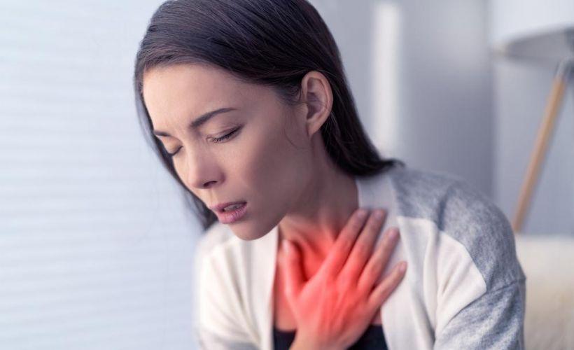 """Nefes Darlığı (Dispne) Nedir, Neden olur? Belirtileri ve Tedavisi Yeteri kadar oksijen alamadığınızı ya da yeteri kadar nefes alamadığınızı düşündüğünüz zaman kısa süreli de olsa """"nefes darlığı"""" sorunu yaşamış oluyorsunuz. Nefes darlığı genel olarak kalp ve akciğer hastalıklarının bir sonucu olarak ortaya çıkar. Fakat bazı durumlarda örneği yoğun spor antrenmanlarından sonra nefes darlığı hissedebilirsiniz. Fakat geçici nefes darlıkları ciddi bir durum değildir fakat spor yaparken sürekli bir nefes darlığı şikayetiniz varsa mutlaka uzman doktorlardan yardım almanız gerekmektedir. Nefes Darlığı Belirtileri Nefes darlığının ana belirtisi nefes alırken zorluk yaşamaktır. Ağır spor antrenmanlarından sonra bu sorunu yaşıyor olabilirsiniz. Nefes darlığı kronik bir sorun olarak kendini gösterebilir. Nefes aldığınız zamanlar yeterince oksijen alamadığınız hissine kapılıyor olabilirsiniz. Nefes darlığı ciddi bir sorun haline geldiyse boğulma hissi yaratıyor olabilir. Nefes darlığı şikayetleri bir nöbet haline geldiyse bu durum göğüste sıkışma hissi yaratır. Spor antrenmanlarından sonra nefes darlığı çekmeniz normal bir durum olarak karşılanabilir fakat nefes darlığı şikayetleri ile aşağıda yazdığımız durumları yaşarsanız mutlaka en yakın hastaneye gidin ve doktorlardan yardım alın; Spor antrenmanlarından sonra eskiye göre daha az nefes aldığınızı düşünüyorsanız, Sorunsuz bir antrenman sonrasında bir sıkışma hissi oluyor ve nefes almada zorluk çekiyorsanız, Herhangi bir hastalık ya da bir zorluk yaşamadan nefes alamıyor, boğulmuş hissediyor ve nefes darlığı şikayetiniz varsa. Nefes Darlığı Neden Olur? Bir koşu yarışına katıldıysanız, bir dalış gerçekleştirdiyseniz nefesinizi ne kadar tutacağınızı gayet iyi biliyorsunuzdur. Ve bu süre zarfından nefes alıp vermede ve yeteri kadar oksijen alamadığınız için kısa süreli bir nefes darlığı yaşayabilirsiniz fakat bu durum geçici bir durumdur ve kısa süre sonra normal nefes alıp verme ritmine kavuşacaksınızdır. Bu tür egzersizler nefe"""