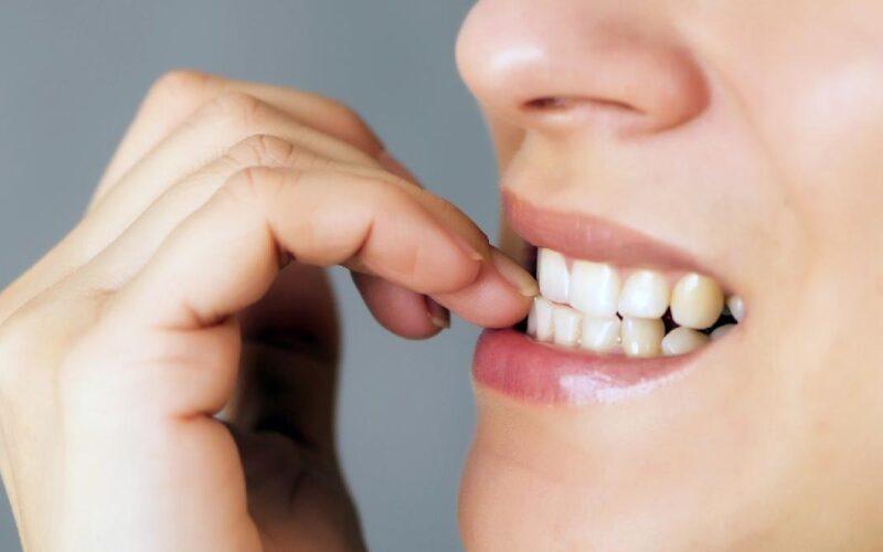 Tırnak yemek alışkanlığı neden olur? Nasıl bırakılır?