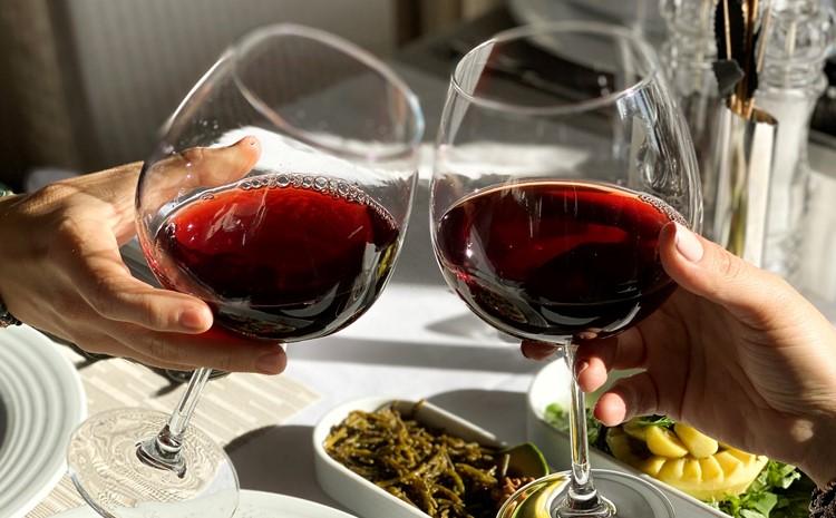 Kırmızı şarap içmenin kan basıncını düşürmeye yardımcı olabileceği söyleniyor!